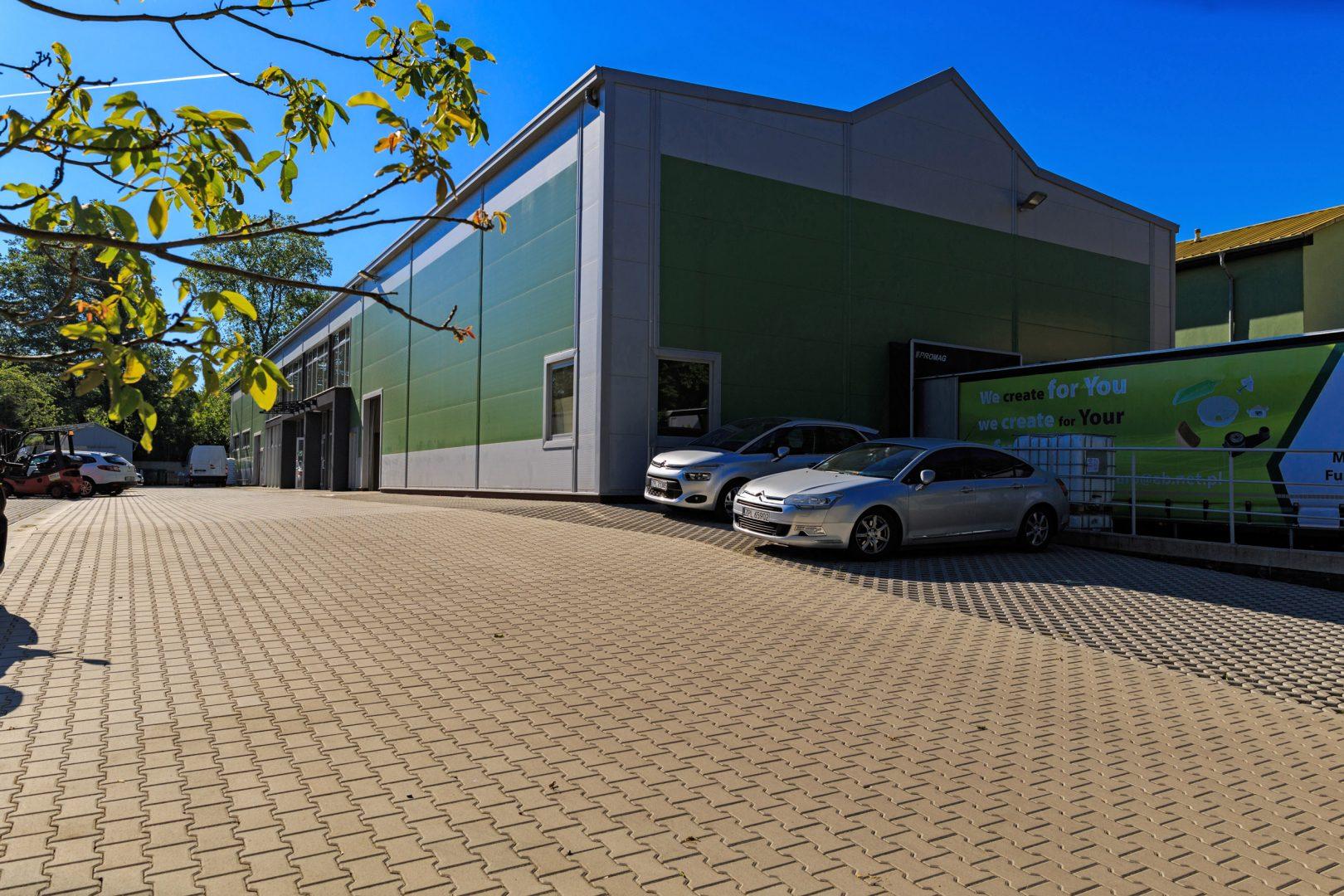 hala i parking przed halą magazynową