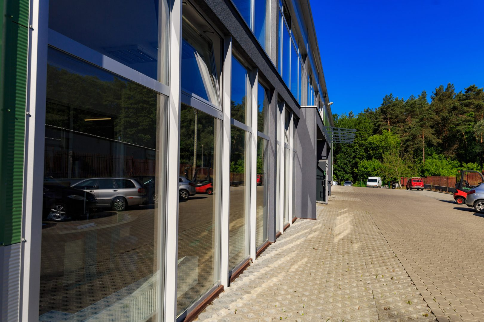 front hali z fasadą aluminiową